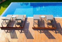 Бассейн. Кипр, Аммос - Лимнария Бич : Шикарная современная вилла с панорамным видом на море, с 4-мя спальнями, с большим бассейном с джакузи, расположена рядом с пляжем Ammos tou Kambouri beach