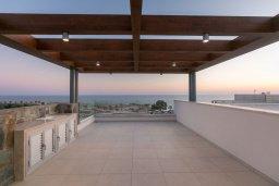 Терраса. Кипр, Аммос - Лимнария Бич : Шикарная современная вилла с панорамным видом на море, с 4-мя спальнями, с большим бассейном с джакузи, расположена рядом с пляжем Ammos tou Kambouri beach