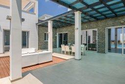 Зона отдыха у бассейна. Кипр, Аммос - Лимнария Бич : Роскошная современная вилла на берегу моря с 6-ю спальнями, 4-мя ванными комнатами, с большим бассейном, джакузи, тенистой террасой с lounge-зоной, уличным баром, барбекю, сауной, тренажерным залом и садом на крыше с потрясающим видом на Средиземное море