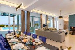 Гостиная. Кипр, Аммос - Лимнария Бич : Роскошная современная вилла на берегу моря с 6-ю спальнями, 4-мя ванными комнатами, с большим бассейном, джакузи, тенистой террасой с lounge-зоной, уличным баром, барбекю, сауной, тренажерным залом и садом на крыше с потрясающим видом на Средиземное море