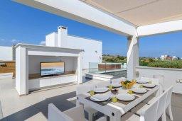 Обеденная зона. Кипр, Аммос - Лимнария Бич : Роскошная современная вилла на берегу моря с 6-ю спальнями, 4-мя ванными комнатами, с большим бассейном, джакузи, тенистой террасой с lounge-зоной, уличным баром, барбекю, сауной, тренажерным залом и садом на крыше с потрясающим видом на Средиземное море