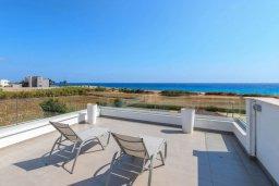 Терраса. Кипр, Аммос - Лимнария Бич : Роскошная современная вилла на берегу моря с 6-ю спальнями, 4-мя ванными комнатами, с большим бассейном, джакузи, тенистой террасой с lounge-зоной, уличным баром, барбекю, сауной, тренажерным залом и садом на крыше с потрясающим видом на Средиземное море