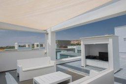 Терраса. Кипр, Аммос - Лимнария Бич : Современная шикарная вилла на берегу моря с 6-ю спальнями, 4-мя ванными комнатами, с большим бассейном, джакузи, тенистой террасой с lounge-зоной, уличным баром, барбекю, сауной, тренажерным залом и садом на крыше с потрясающим видом на Средиземное море