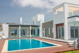Фасад дома. Кипр, Аммос - Лимнария Бич : Современная шикарная вилла на берегу моря с 6-ю спальнями, 4-мя ванными комнатами, с большим бассейном, джакузи, тенистой террасой с lounge-зоной, уличным баром, барбекю, сауной, тренажерным залом и садом на крыше с потрясающим видом на Средиземное море