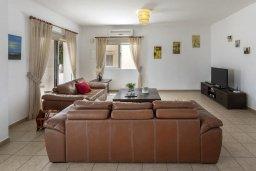 Гостиная. Кипр, Нисси Бич : Прекрасная вилла с бассейном и двориком с барбекю, 4 спальни, 3 ванные комнаты, парковка, Wi-Fi
