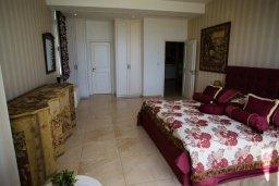 Спальня. Кипр, Каво Марис Протарас : Роскошная вилла в 100 метрах от пляжа с бассейном и видом на море, 5 спален, 4 ванные комнаты, парковка, Wi-Fi