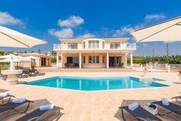 Фасад дома. Кипр, Си Кейвз : Шикарная вилла с потрясающим панорамным видом на Средиземное море, с 7-ю спальнями, 6-ю ванными комнатами, с бассейном, большим приватным двором с барбекю, расположена на первой линии в популярном районе Sea Caves