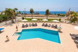 Бассейн. Кипр, Си Кейвз : Шикарная вилла с потрясающим панорамным видом на Средиземное море, с 7-ю спальнями, 6-ю ванными комнатами, с бассейном, большим приватным двором с барбекю, расположена на первой линии в популярном районе Sea Caves