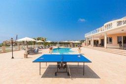 Зона отдыха у бассейна. Кипр, Си Кейвз : Шикарная вилла с потрясающим панорамным видом на Средиземное море, с 7-ю спальнями, 6-ю ванными комнатами, с бассейном, большим приватным двором с барбекю, расположена на первой линии в популярном районе Sea Caves