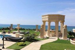 Территория. Кипр, Айя Марина Хрисохус : Роскошная пляжная вилла с бассейном и джакузи, 8 спален, 6 ванных комнат, лифт, парковка, Wi-Fi