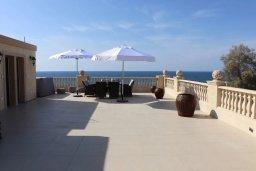 Терраса. Кипр, Айя Марина Хрисохус : Роскошная пляжная вилла с бассейном и джакузи, 8 спален, 6 ванных комнат, лифт, парковка, Wi-Fi
