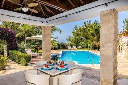 Обеденная зона. Кипр, Аргака : Роскошная вилла с бассейном и зеленым двориком с барбекю, 5 спален, 5 ванных комнат, сауна, парковка, Wi-Fi