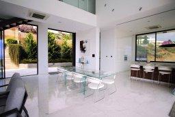 Обеденная зона. Кипр, Киссонерга : Роскошная современная вилла с бассейном и зеленым двориком, 5 спален, 4 ванные комнаты, джакузи, парковка, Wi-Fi