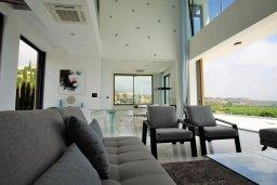 Гостиная. Кипр, Киссонерга : Роскошная современная вилла с бассейном и зеленым двориком, 5 спален, 4 ванные комнаты, джакузи, парковка, Wi-Fi