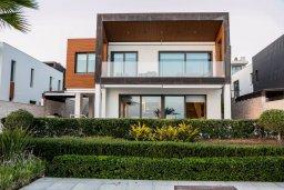 Фасад дома. Кипр, Айос Тихонас Лимассол : Роскошная вилла с бассейном в 20 метрах от пляжа, 4 спальни, 4 ванные комнаты, сауна, парковка, Wi-Fi