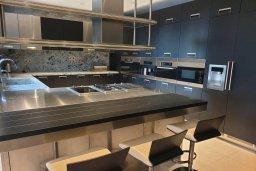 Кухня. Кипр, Айос Тихонас Лимассол : Роскошная вилла с бассейном в 20 метрах от пляжа, 4 спальни, 4 ванные комнаты, сауна, парковка, Wi-Fi