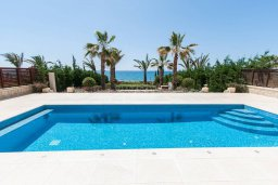 Бассейн. Кипр, Айос Тихонас Лимассол : Роскошная вилла с бассейном в 20 метрах от пляжа, 4 спальни, 4 ванные комнаты, сауна, парковка, Wi-Fi