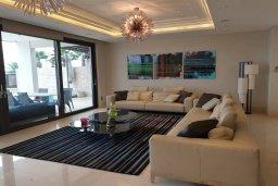 Гостиная. Кипр, Айос Тихонас Лимассол : Роскошная вилла с бассейном в 20 метрах от пляжа, 4 спальни, 4 ванные комнаты, сауна, парковка, Wi-Fi