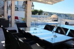 Обеденная зона. Кипр, Пейя : Роскошная вилла с бассейном и джакузи, 5 спален, 4 ванные комнаты, парковка, Wi-Fi