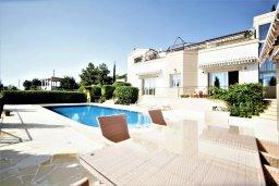 Фасад дома. Кипр, Киссонерга : Роскошная вилла с бассейном и двориком с барбекю, 5 спален, 4 ванные комнаты, парковка, Wi-Fi
