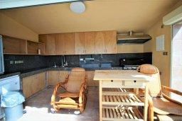 Кухня. Кипр, Киссонерга : Роскошная вилла с бассейном и двориком с барбекю, 5 спален, 4 ванные комнаты, парковка, Wi-Fi