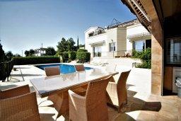 Обеденная зона. Кипр, Киссонерга : Роскошная вилла с бассейном и двориком с барбекю, 5 спален, 4 ванные комнаты, парковка, Wi-Fi