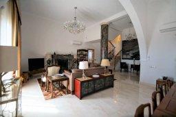 Гостиная. Кипр, Киссонерга : Роскошная вилла с бассейном и двориком с барбекю, 5 спален, 4 ванные комнаты, парковка, Wi-Fi