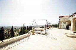 Терраса. Кипр, Киссонерга : Роскошная вилла с бассейном и двориком с барбекю, 5 спален, 4 ванные комнаты, парковка, Wi-Fi
