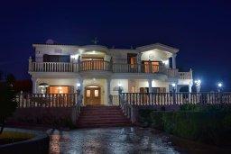 Фасад дома. Кипр, Пейя : Роскошная вилла с видом на Средиземное море, с 5-ю спальнями, 5-ю ванными комнатами, с бассейном, беседкой с патио и уличным баром, просторной площадкой с бильярдом и традиционным кипрским барбекю