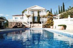 Фасад дома. Кипр, Акрунта : Роскошная вилла с бассейном и зеленым садом с барбекю, 6 спален, 7 ванных комнат, бильярд, домашний кинотеатр, парковка, Wi-Fi