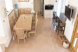 Обеденная зона. Кипр, Акрунта : Роскошная вилла с бассейном и зеленым садом с барбекю, 6 спален, 7 ванных комнат, бильярд, домашний кинотеатр, парковка, Wi-Fi