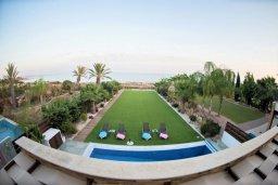 Кипр, Ионион - Айя Текла : Захватывающая вилла с панорамным видом на Средиземное море, с 3-мя спальнями, 4-мя ванными комнатами, просторной зелёной территорией с частным бассейном, тенистой террасой с патио и барбекю, расположена в 50 метрах от пляжа