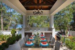 Обеденная зона. Кипр, Аргака : Роскошная вилла с бассейном и зеленым двориком с барбекю, 4 спальни, 6 ванных комната, сауна, парковка, Wi-Fi