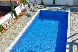 Бассейн. Кипр, Коннос Бэй : Современная вилла с 3-мя спальнями, 2-мя ванными комнатами, с бассейном, тенистой террасой с патио и барбекю, расположена всего в 500 метрах от тихого пляжа Mimosa Beach