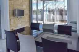 Обеденная зона. Кипр, Коннос Бэй : Современная вилла с 3-мя спальнями, 2-мя ванными комнатами, с бассейном, тенистой террасой с патио и барбекю, расположена всего в 500 метрах от тихого пляжа Mimosa Beach