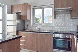 Кухня. Кипр, Коннос Бэй : Современная вилла с 3-мя спальнями, 2-мя ванными комнатами, с бассейном, тенистой террасой с патио и барбекю, расположена всего в 500 метрах от тихого пляжа Mimosa Beach