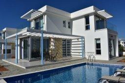 Фасад дома. Кипр, Коннос Бэй : Современная вилла с 3-мя спальнями, 2-мя ванными комнатами, с бассейном, тенистой террасой с патио и барбекю, расположена всего в 500 метрах от тихого пляжа Mimosa Beach