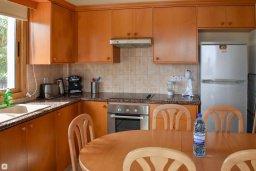 Кухня. Кипр, Сиренс Бич - Айя Текла : Прекрасная вилла с видом на Средиземное море, с 4-мя спальнями, 3-мя ванными комнатами, с бассейном, тенистой террасой с патио и каменным барбекю, расположена в тихом пляжном поселке Ayia Thekla