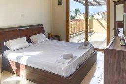 Спальня. Кипр, Сиренс Бич - Айя Текла : Прекрасная вилла с видом на Средиземное море, с 4-мя спальнями, 3-мя ванными комнатами, с бассейном, тенистой террасой с патио и каменным барбекю, расположена в тихом пляжном поселке Ayia Thekla