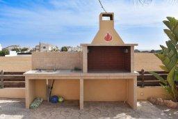 Терраса. Кипр, Сиренс Бич - Айя Текла : Прекрасная вилла с видом на Средиземное море, с 4-мя спальнями, 3-мя ванными комнатами, с бассейном, тенистой террасой с патио и каменным барбекю, расположена в тихом пляжном поселке Ayia Thekla