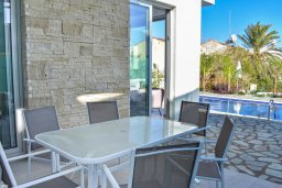 Обеденная зона. Кипр, Коннос Бэй : Современная вилла с бассейном и двориком с барбекю, 3 спальни, 3 ванные комнаты, парковка, Wi-Fi