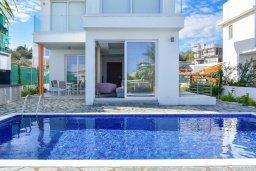 Фасад дома. Кипр, Коннос Бэй : Современная вилла с бассейном и двориком с барбекю, 3 спальни, 3 ванные комнаты, парковка, Wi-Fi