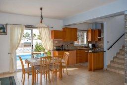 Кухня. Кипр, Сиренс Бич - Айя Текла : Прекрасная вилла с 3-мя спальнями, 2-мя ванными комнатами, с бассейном, тенистой террасой с патио и барбекю, расположена недалеко от пляжа Ayia Thekla beach