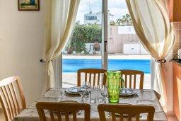 Обеденная зона. Кипр, Сиренс Бич - Айя Текла : Прекрасная вилла с 3-мя спальнями, 2-мя ванными комнатами, с бассейном, тенистой террасой с патио и барбекю, расположена недалеко от пляжа Ayia Thekla beach