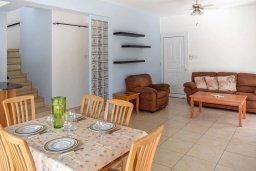 Гостиная. Кипр, Сиренс Бич - Айя Текла : Прекрасная вилла с 3-мя спальнями, 2-мя ванными комнатами, с бассейном, тенистой террасой с патио и барбекю, расположена недалеко от пляжа Ayia Thekla beach