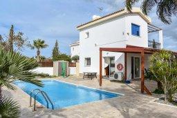 Фасад дома. Кипр, Сиренс Бич - Айя Текла : Прекрасная вилла с 3-мя спальнями, 2-мя ванными комнатами, с бассейном, тенистой террасой с патио и барбекю, расположена недалеко от пляжа Ayia Thekla beach