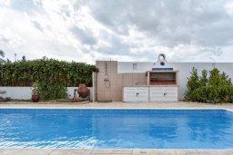 Бассейн. Кипр, Сиренс Бич - Айя Текла : Прекрасная вилла с 3-мя спальнями, 2-мя ванными комнатами, с бассейном, тенистой террасой с патио и барбекю, расположена недалеко от пляжа Ayia Thekla beach