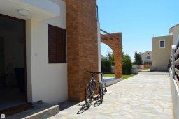 Фасад дома. Кипр, Ионион - Айя Текла : Прекрасная вилла с зеленым двориком в 100 метрах от пляжа, 3 спальни, 3 ванные комнаты, парковка, Wi-Fi