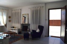 Гостиная. Кипр, Ионион - Айя Текла : Прекрасная вилла с зеленым двориком в 100 метрах от пляжа, 3 спальни, 3 ванные комнаты, парковка, Wi-Fi