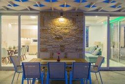 Обеденная зона. Кипр, Коннос Бэй : Современная вилла с видом на Средиземное море, с 4-мя спальнями, 3-мя ванными комнатами, с бассейном, солнечной лужайкой, патио, встроенным барбекю и с прекрасной террасой на крыше, расположена в 500 метрах от пляжа Mimosa Beach